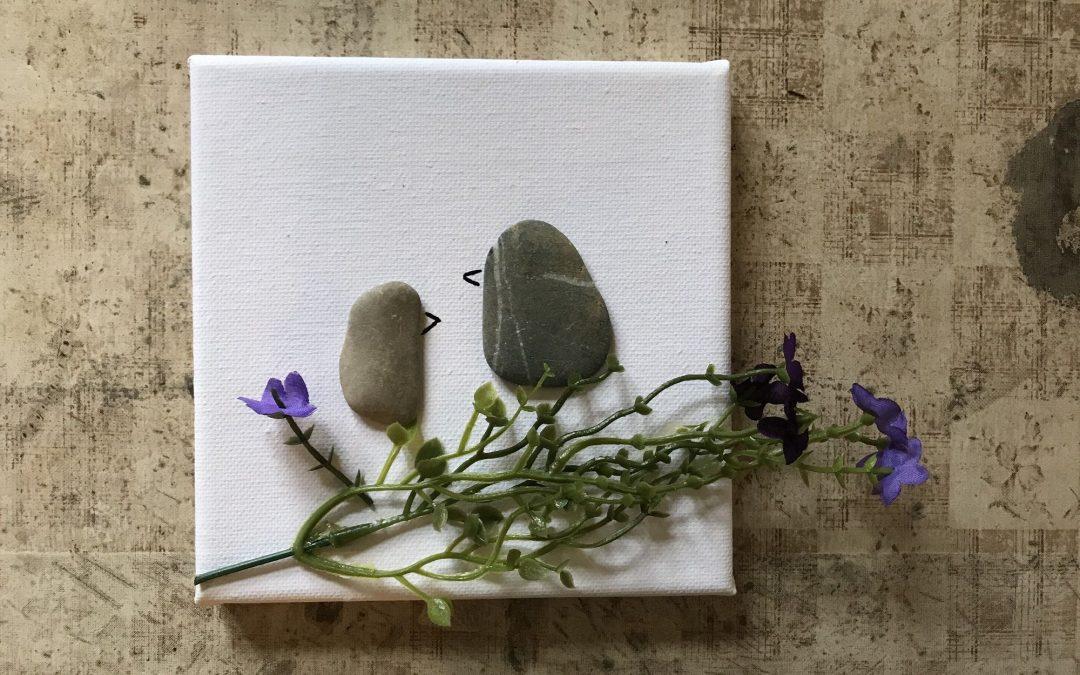 Rustikale Frühlings-Vögelchen aus Kieselsteinen