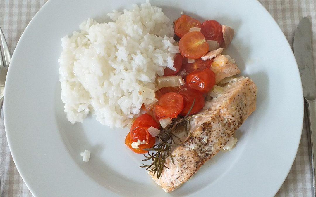 Schnelle Küche: Lachsfilet mit Tomaten und Reis