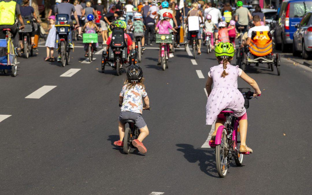 Radfahren in der Stadt Teil 1: Kinder lernen Rad fahren